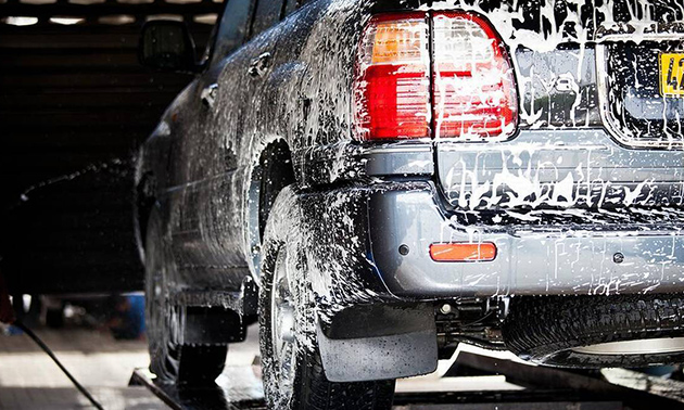 Autowäsche mit Wachsbehandlung