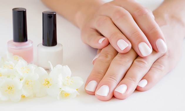 Mini-manicure- of pedicurebehandeling + gellak