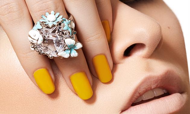 Manicurebehandeling + nagellak (30 of 45 min)