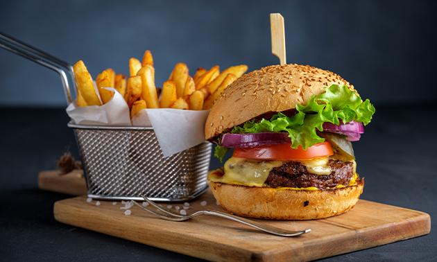 Burger naar keuze + friet + saus
