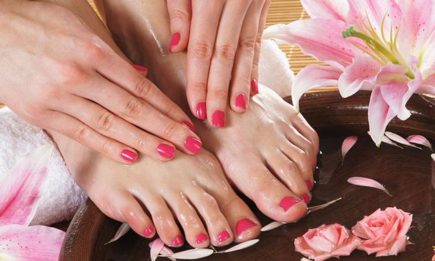 Manicurebehandeling + gellak óf pedicurebehandeling