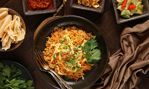 Take-away-maaltijd + blikje fris bij Toko Intani
